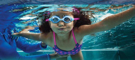 girl under water 560x250 1